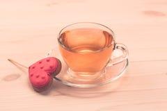 Очень вкусные печенья в форме сердца на белой плите на деревянной предпосылке чай чашки зеленый Завтрак Стоковое Изображение RF
