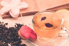 Очень вкусные печенья в форме сердца на белой плите на деревянной предпосылке чай чашки зеленый Стоковые Изображения RF