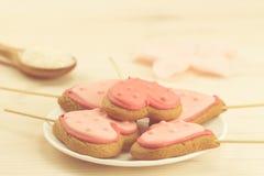 очень вкусные печенья на белой плите в форме сердца на деревянной предпосылке Стоковое Изображение RF