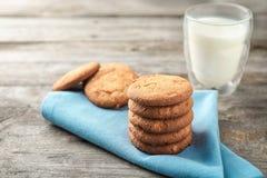 Очень вкусные печенья овсяной каши с стеклом молока Стоковое фото RF