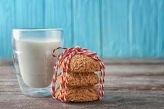 Очень вкусные печенья овсяной каши с стеклом молока Стоковое Фото