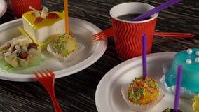 Очень вкусные пирожные с пить сток-видео