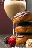Очень вкусные плюшки шоколада, трюфеля с стеклом latee стоковое фото