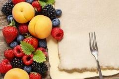 Очень вкусные плодоовощи: клубника, персик, поленика, голубика и bl стоковое изображение rf