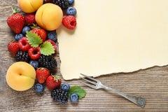 Очень вкусные плодоовощи: клубника, персик, поленика, голубика и bl стоковые фото