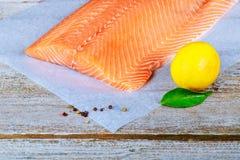 Очень вкусные сваренные salmon филе рыб деревянные предпосылка и лимон стоковые изображения rf
