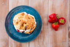Очень вкусные свеже испеченные scones с толстыми сливк и вареньем Стоковое Фото