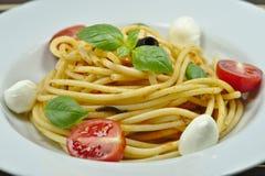 Очень вкусные свежие макаронные изделия с моццареллой, базиликом и томатами стоковое фото rf