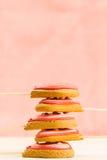Очень вкусные свежие печенья в форме сердца на пинке Стоковые Изображения RF