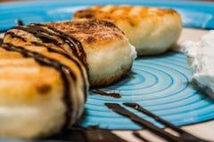 Очень вкусные свежие твороги сделанные от творога с отбензиниванием шоколада на плите стоковое изображение