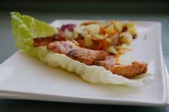 Очень вкусные семги зажаренные в духовке с картошками и овощами Стоковое Изображение RF
