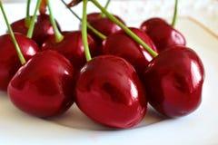 Очень вкусные, сладостные красные вишни Сочные красные ягоды свежего зрелого c Стоковые Изображения RF