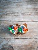 Очень вкусные, сладостные пирожные украшенные с сливк, сливк шоколада, циннамоном, какао украшенный с свежим, естественным, орган Стоковая Фотография