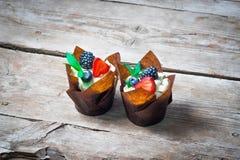 Очень вкусные, сладостные пирожные украшенные с сливк, сливк шоколада, циннамоном, какао украшенный с свежим, естественным, орган Стоковое Изображение RF