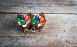 Очень вкусные, сладостные пирожные украшенные с сливк, сливк шоколада, циннамоном, какао украшенный с свежим, естественным, орган Стоковое Изображение