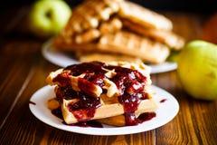 Очень вкусные сладостные waffles с вареньем Стоковое Фото