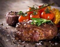Очень вкусные стейки говядины стоковые фото