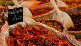 Очень вкусные сухие томаты на рынке стоковая фотография rf
