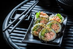 Очень вкусные суши установили с wasabi и соевым соусом стоковое фото rf