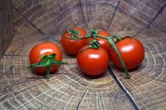 Очень вкусные томаты вишни на деревянной плите Стоковая Фотография RF