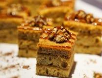 Очень вкусные торты грецкого ореха на открытом шведском столе стоковое изображение rf