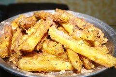 Очень вкусные хиы пальца картошки в плите стоковое изображение