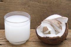 Очень вкусные части кокоса на таблице Стоковое Изображение