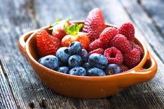 Очень вкусные ягоды на деревянной предпосылке Стоковая Фотография