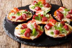 Очень вкусные aubergines с сыром моццареллы, томаты, сосиски Стоковая Фотография RF