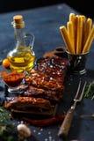 Очень вкусные barbecued нервюры закалённые с пряным наметывая соусом и, который служат с прерванный Стоковое Изображение