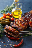 Очень вкусные barbecued нервюры закалённые с пряным наметывая соусом и, который служат с прерванный Стоковая Фотография