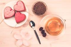 Очень вкусные fcookies в форме сердца на белой плите на деревянной предпосылке чай чашки зеленый Завтрак Стоковые Изображения RF