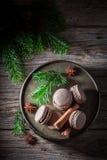 Очень вкусные macaroons с циннамоном и шоколадом для рождества Стоковое Фото