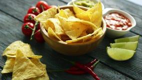 Очень вкусные nachos и соусы на таблице видеоматериал
