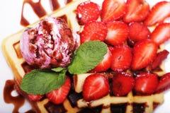 Очень вкусные waffles с клубникой и мороженым стоковое фото