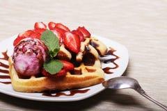 Очень вкусные waffles с клубникой и мороженым стоковое изображение rf