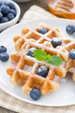 Очень вкусные waffles для завтрака на плите, вертикального конца-вверх Стоковая Фотография