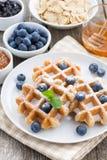 Очень вкусные waffles для завтрака на плите, вертикальные Стоковое фото RF