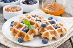 Очень вкусные waffles для завтрака на плите Стоковые Фото