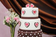 Очень вкусный белый и коричневый свадебный пирог Стоковые Изображения