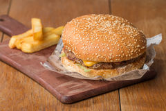 Очень вкусный бургер на бумаге и фраях Стоковое Изображение RF