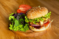 Очень вкусный бургер с беконом Стоковое Изображение RF