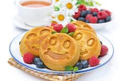 Очень вкусный блинчик мозоли с свежими ягодами, чаем и медом Стоковые Фото