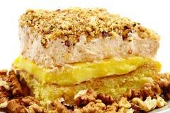 Очень вкусный взбитый десерт сливк, кофе и грецкого ореха на плите Стоковая Фотография RF