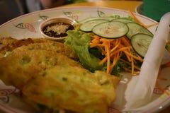 Очень вкусный вьетнамец крепирует Banh Xeo с огурцом и морковами стоковые фотографии rf