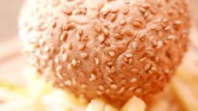 Очень вкусный гамбургер с сочным крупным планом мяса акции видеоматериалы