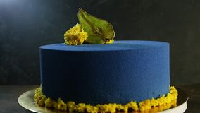 Очень вкусный голубой торт украшенный с высушенной грушей акции видеоматериалы
