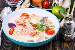 Очень вкусный горячий тайский суп Том Ям с молоком и креветками кокоса стоковое изображение rf
