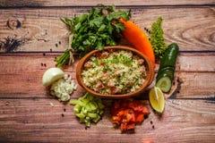 Очень вкусный домодельный вегетарианский кускус с томатами, огурец, pe стоковые фотографии rf