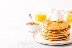 Очень вкусный домодельный завтрак с блинчиками стоковое изображение